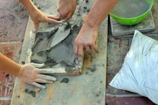 colocando cemento gris